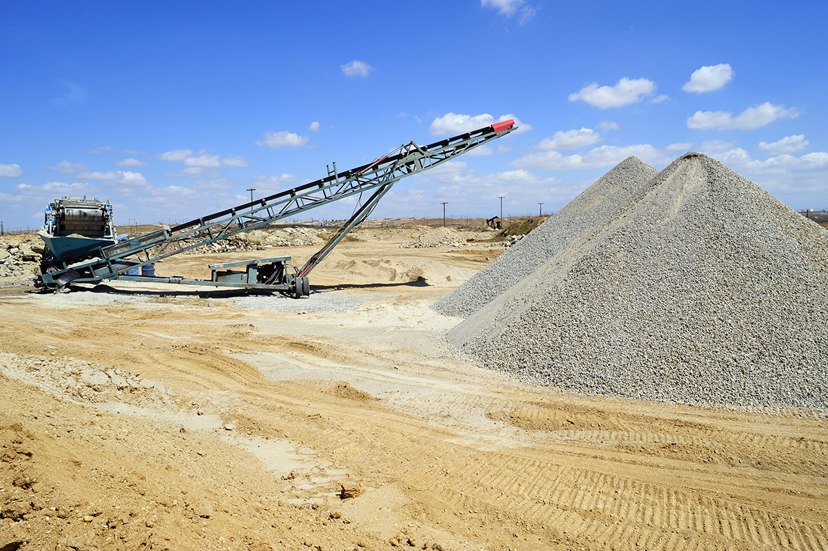 Crushing-and-screening---quarrying---onveyor-belt-and-portable-materials-handling-equipment-used-for-aggregate-(gravel)-in-a-