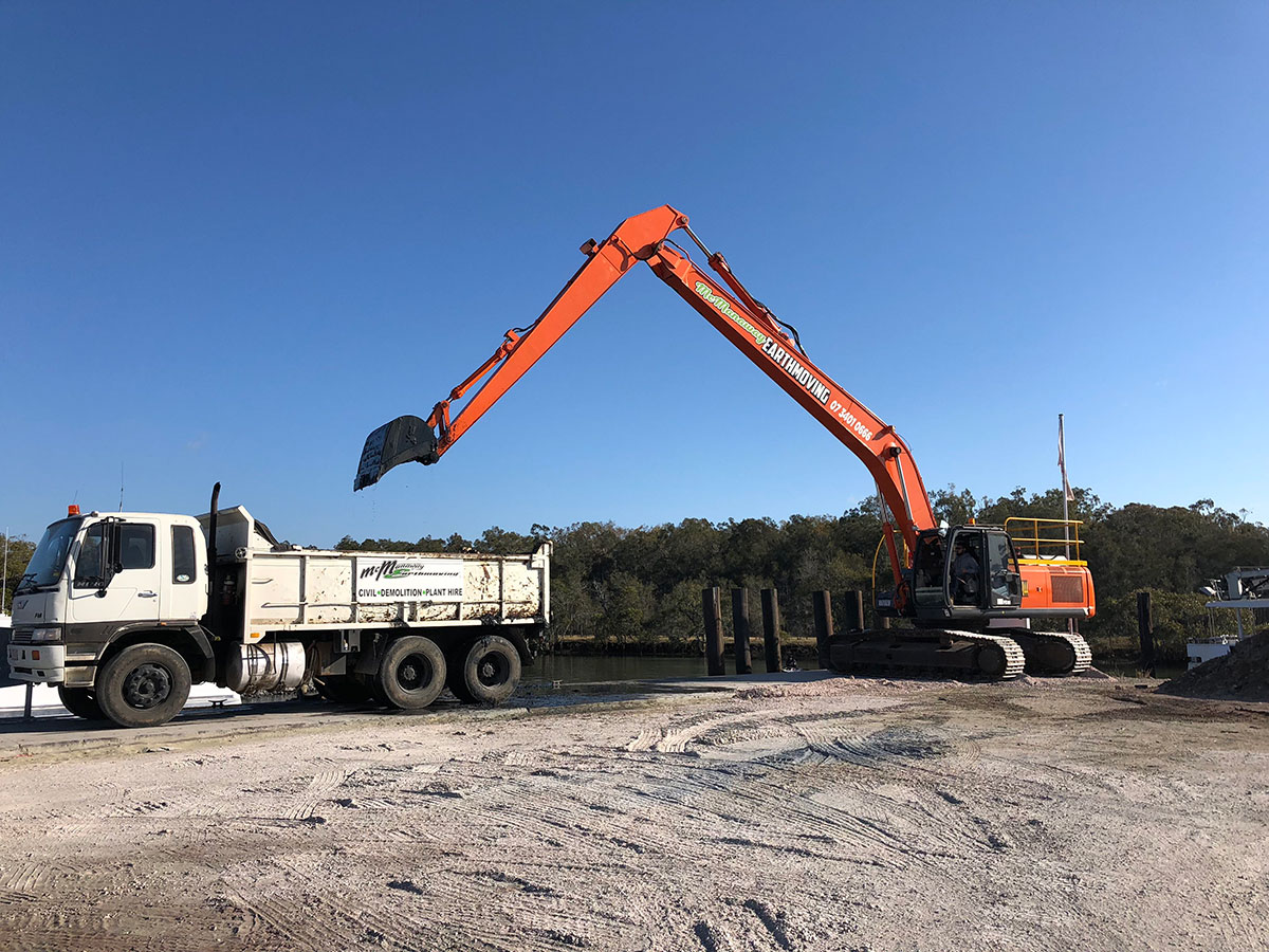 Mcmanaway_Earthmoving doosan Long reach excavator side
