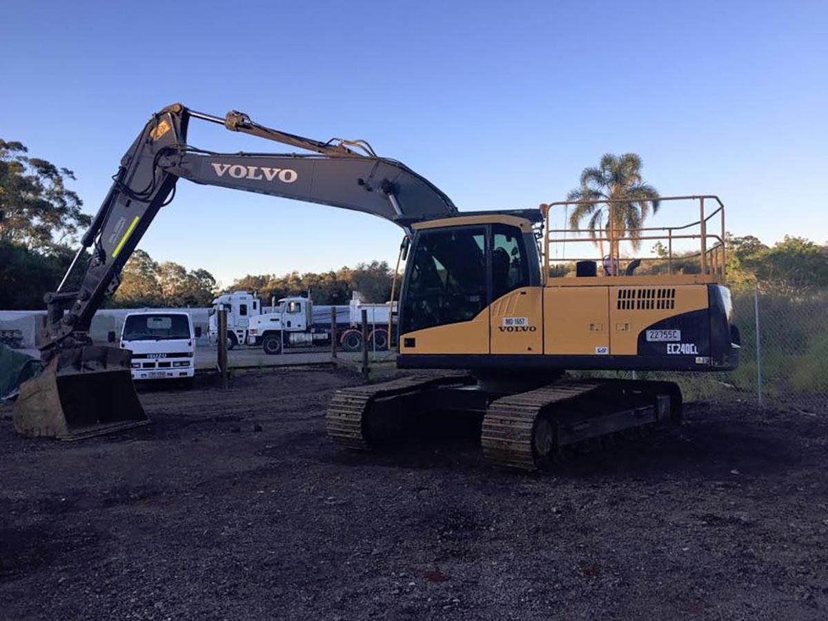 Mcmanaway_Earthmoving Volvo excavator side