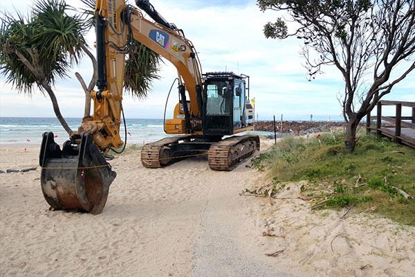 Valley-Earthworks-excavator-on-beach-Ballina