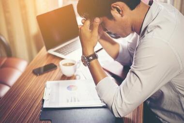 un hombre profesional trabajando preocupado por sus resultados