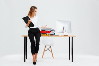una mujer profesional en su escritor infeliz por el cantidad de trabajo