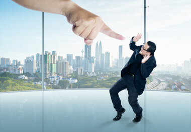 un hombre profesional con miedo y un brazo gigante desde el cielo casi tocándole