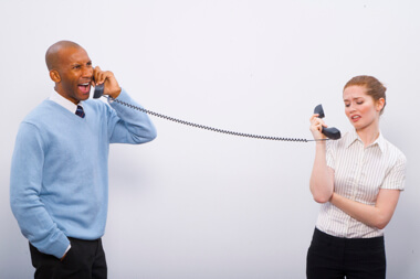 dos profesionales hablando por teléfono uno es muy enojado y el otro no quiere escuchar